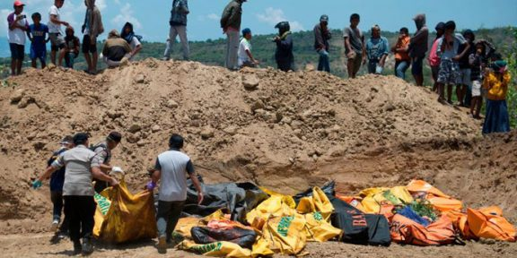انڈونیشیا: قیامت خیز زلزلے اور سونامی میں ہلاک ہونے والوں کی اجتماعی قبرتیار