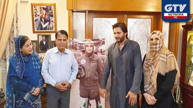 شاہد آفریدی کی اہلیہ کے ہمراہ فلائنگ آفیسر مریم مختار شہید کے گھر آمد