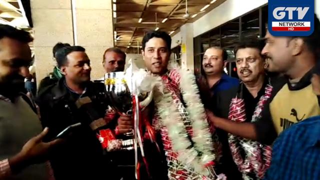 قومی کیوئسٹ محمد آصف ورلڈ اسنوکر چیمپئن شپ جیت کر وطن پہنچ گئے