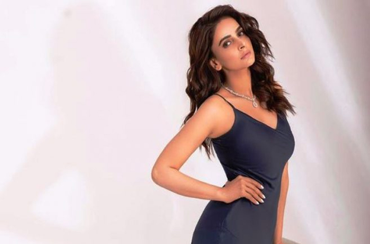 معروف ماڈل و اداکارہ کی فوٹو شوٹ پر مداح برہم